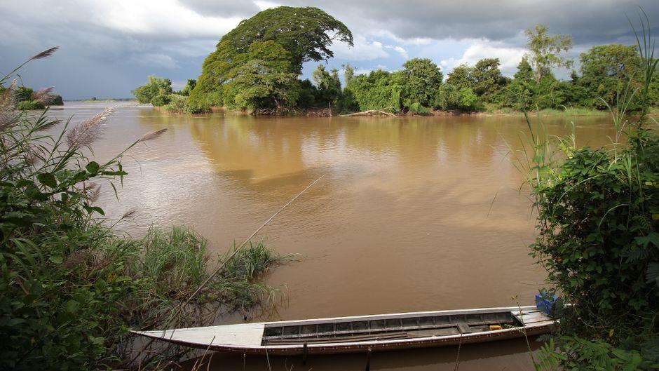 Schlammiger Fluss mit sehr hohem Wasserstand in Thailand.