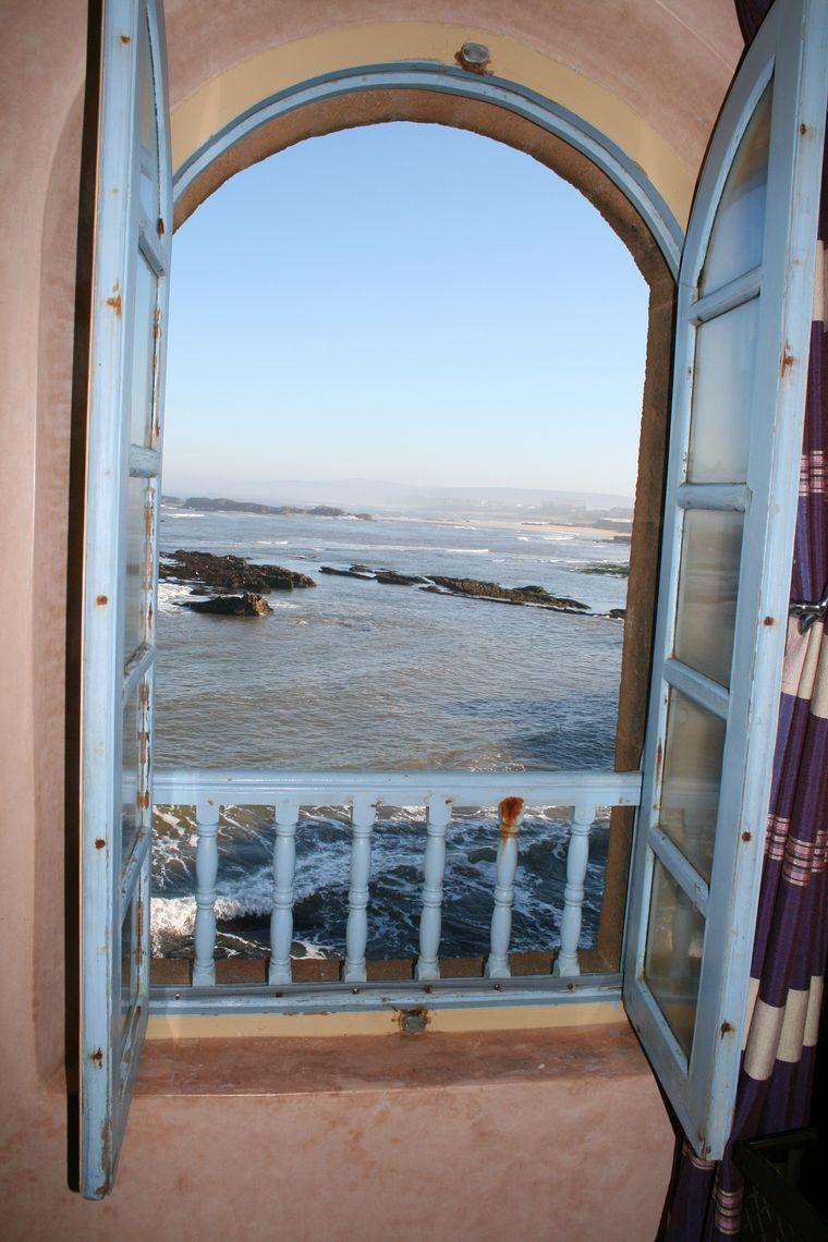 Das Meer zum Greifen nah im Hotel Riad Mimouna in Essaouira in Marokko.