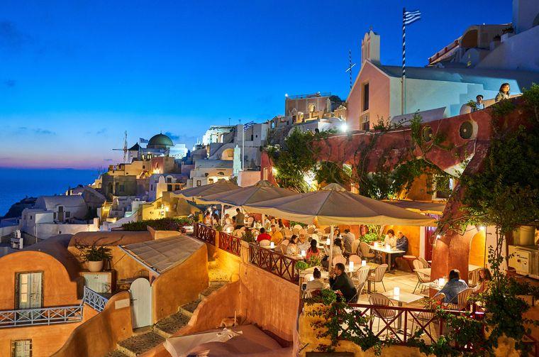 Auf Santorini kannst du prima feiern und das Leben genießen.