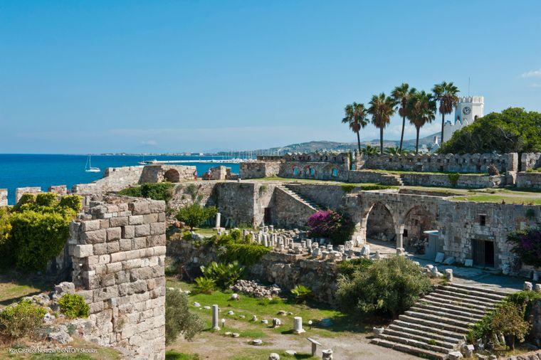 Direkt am Hafen steht die alte Burg des Johanniterordens mit ihren Wehrmauern und Zinnen.