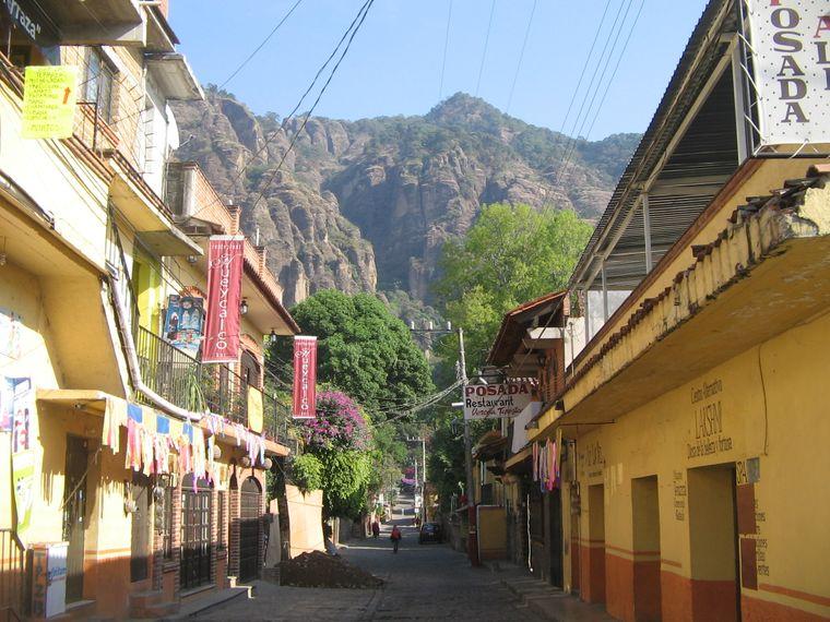 Kopfsteingepflasterte Gassen, grüne Obstbäume, bunte Restaurants und drumherum imposante Felsformationen – das ist die Kulisse Tepoztláns.