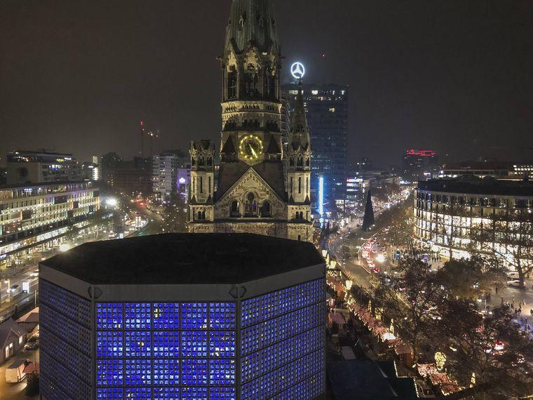 Die nächtliche Skyline von Berlin mit der beleuchteten Kaiser-Wilhelm-Gedächtniskirche am Breitscheidplatz. Dort findet der große Weihnachtsmarkt statt.