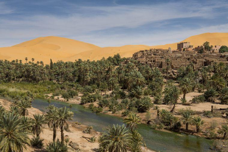 Kulturreisende schätzen in Algerien etwa die altrömischen Ruinen im Küstenstädtchen Tipaza. Das nordafrikanische Land ist geprägt durch die Wüste Sahara, die Küste wird durch das Mittelmeer begrenzt.