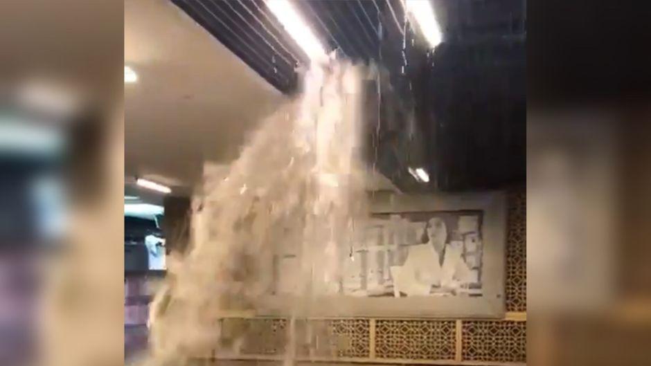 Regen in Dubai – und offenbar so heftig, dass die Decke der Dubai Mall ein riesiges Leck bekommen hat.