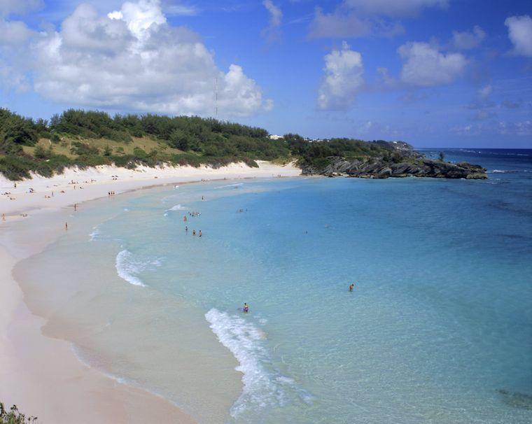"""Die Horseshoe Bay auf der kleinen Insel Bermuda im Atlantik trägt ihren Namen nicht umsonst. Denn die Bucht hat die Form eines Hufeisens – eines """"horseshoes"""" also."""