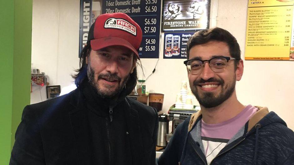 Keanu Reeves macht Selfie mit einem Fan nach der Notlandung ihres Fliegers nach Burbank.