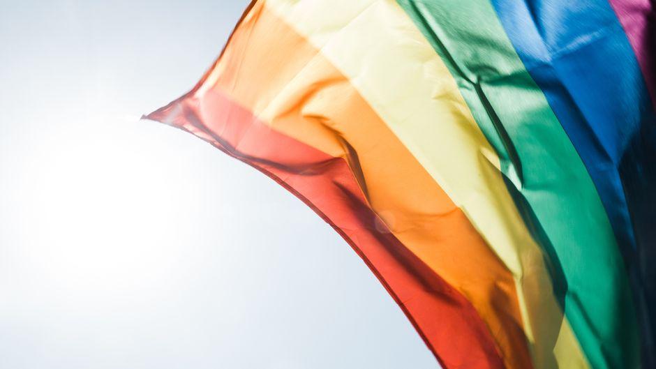 Regenbogen-Flagge: Tipps für gayfriendly Urlaub.