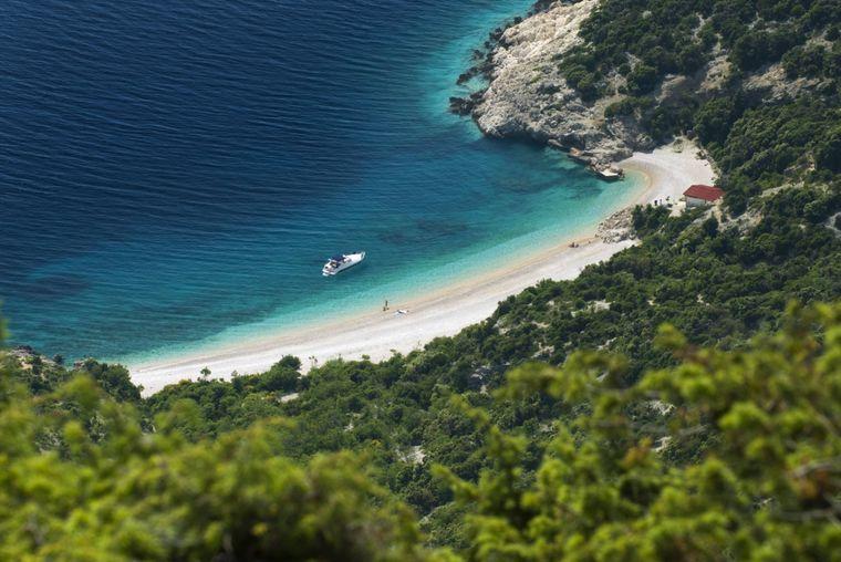Den besten Blick auf die St.-Johannes-Bucht auf Lubenice erhältst du, wenn du das Felsplateau erklimmst.