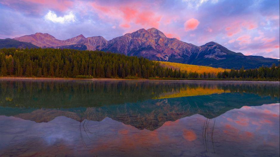 """Spiegelung des """"Pyramid Mountain"""" im Patricia-See im Jasper-Nationalpark in Kanada."""