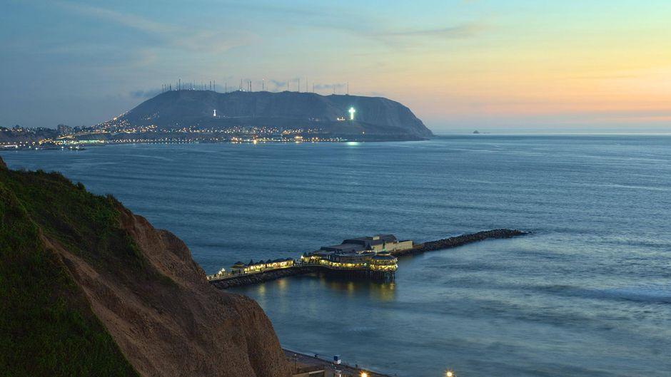 Das Restaurant La Rosa Nautica liegt malerisch auf einem Pier in Lima, Peru.