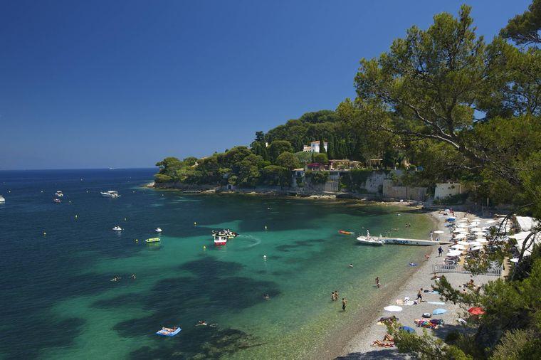 Liege, Sonnenschirm und Eintritt am Paloma Plage an der Côte d'Azur kosten 25 Euro.