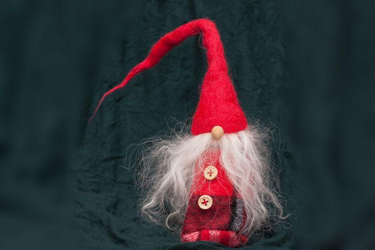 Weihnachten: Gnom bringt Geschenke.