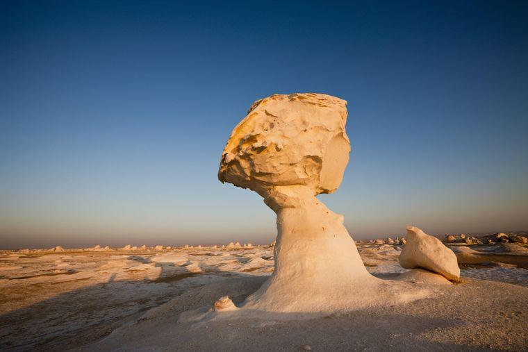 Weiße Kalksteinformationen im ägyptischen Teil der Lybischen Wüste.