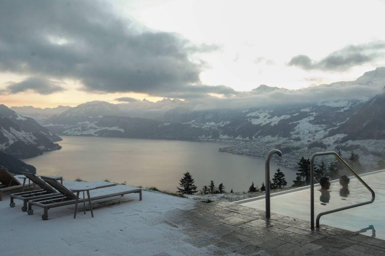 Die Sicht vom Infinity Pool des Hotels Villa Honegg in Ennetbürgen ist auch im Winter traumhaft schön.