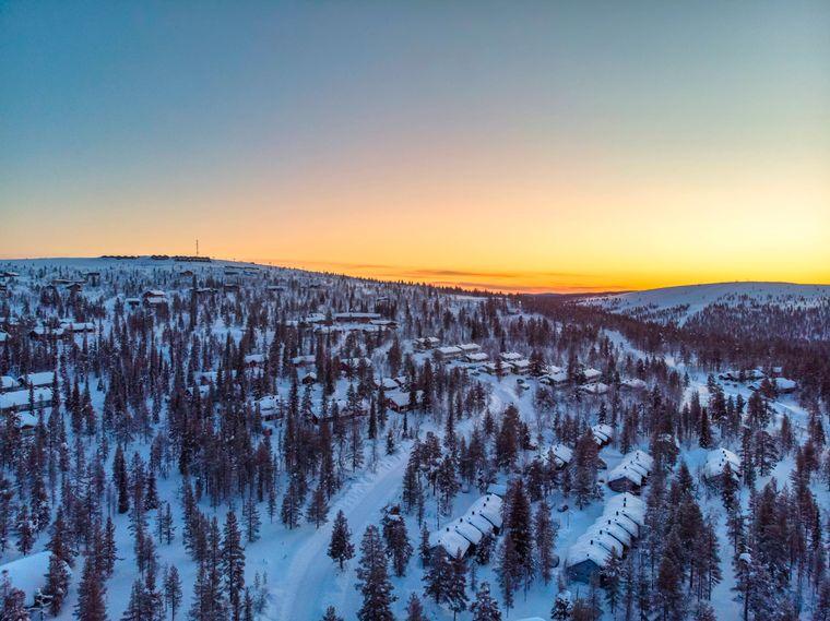In Finnland können Touristen auf Nordlichter-Jagd gehen, oder Schneeschuhwanderungen machen, oder Ski fahren, oder die Hauptstadt Helsinki unsicher machen, oder die Inselfestung Suomenlinna besuchen. Denn Finnland ist eben vielfältig.