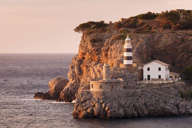Vom Far de Sa Creu kannst du nicht nur das glitzernde Mittelmeer bewundern, sondern auch Port de Sóller und das hinter dem Ort liegende Tramuntana-Gebirge.