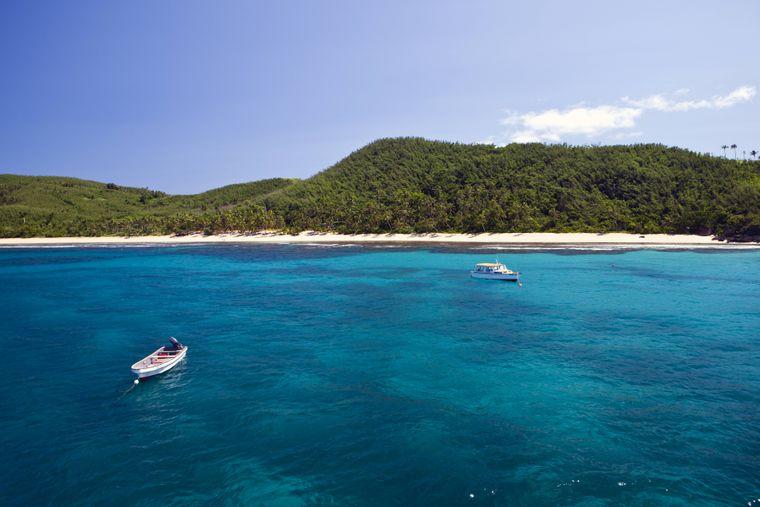 Entspannen auf Fidschi bedeutet Urlaub auf einer von mehr als 300 Inseln. Berühmt sind die schroffen Landschaften, die palmengesäumten Strände und die Korallenriffe mit ihren klaren Lagunen.