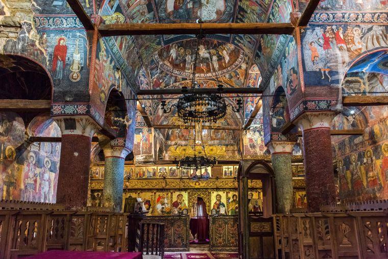 Eindrucksvolle Kirchen mit bunten Fresken erwarten dich in Albanien.
