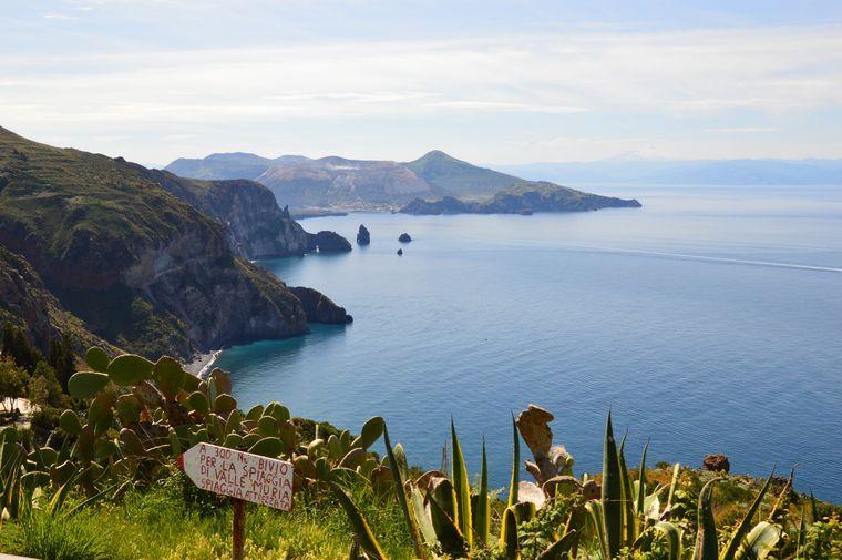 Blick von der vulkansichen Insel Lipari und andere liparische Inseln.