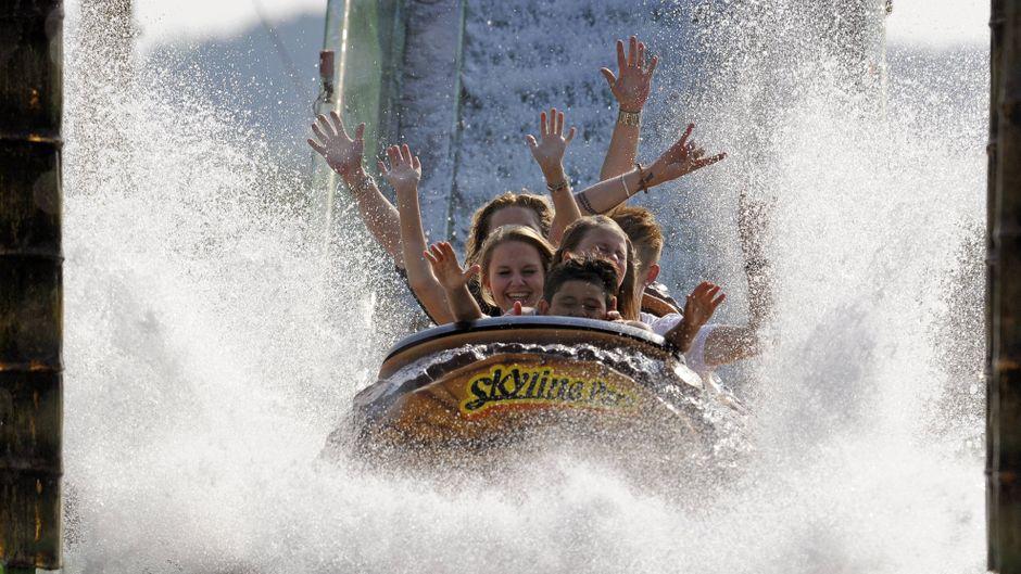 Nasses Vergnügen für die ganze Familie - in der Wildwasserbahn im Skyline Park.
