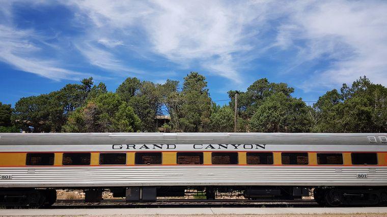 Es gibt viele Wege, den Nationalpark Grand Canyon zu entdecken – die Eisenbahn fährt direkt hinein in das Dorf des Grand Canyon.