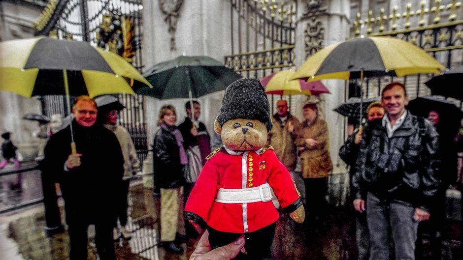 Teddybär vor dem Buckingham Palace in London.