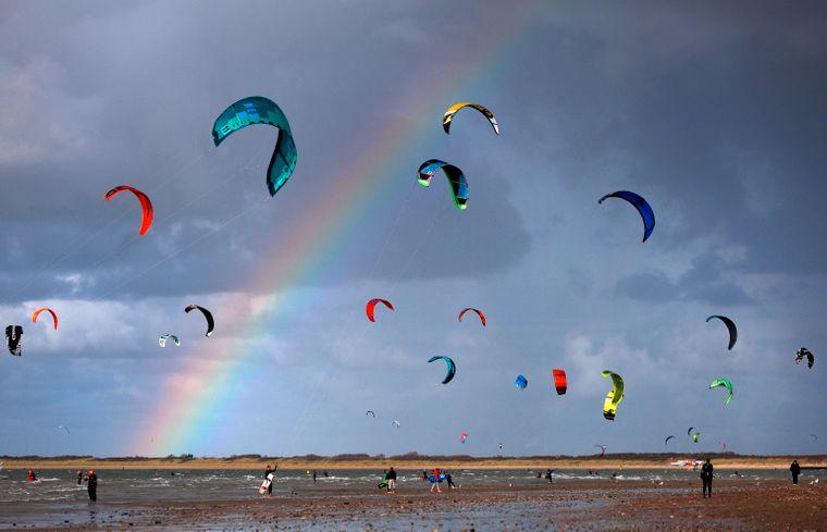Die raue See bietet Kitesurfern ideale Bedingungen.