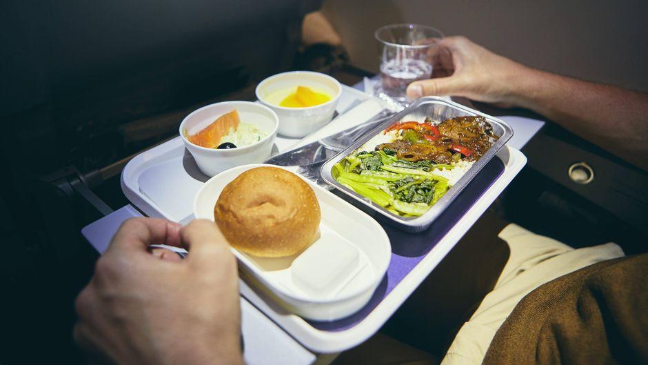 Essen im Flugzeug.