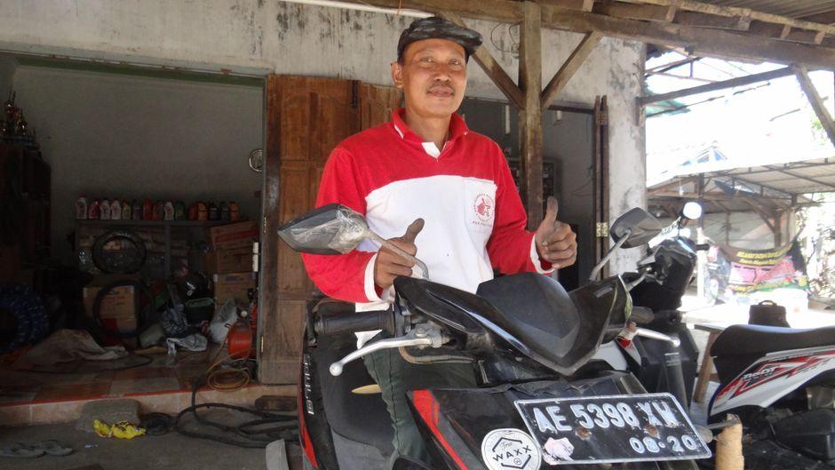 Hari (50) flickt seit 20 Jahren platte Reifen in Pacitan.