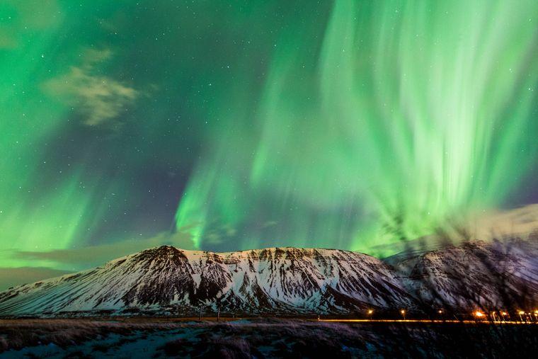 Polarlichter leuchten über dem Nachthimmel von Island.