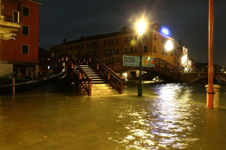 Sturmböen von bis zu 100 Kilometern pro Stunde trieben das Wasser noch höher in der Stadt.