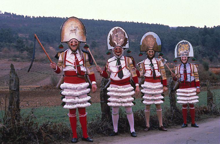 Vorsicht vor den Peitschen! Die Peliqueros mit ihren Kopfbedeckungen sind die höchste Autorität beim Bauernkarneval von Laza.