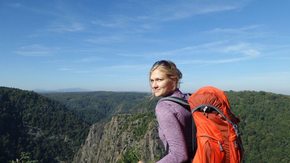 reisereporterin Isabell Prophet ist im Harz unterwegs und genießt den Blick über das Bodetal