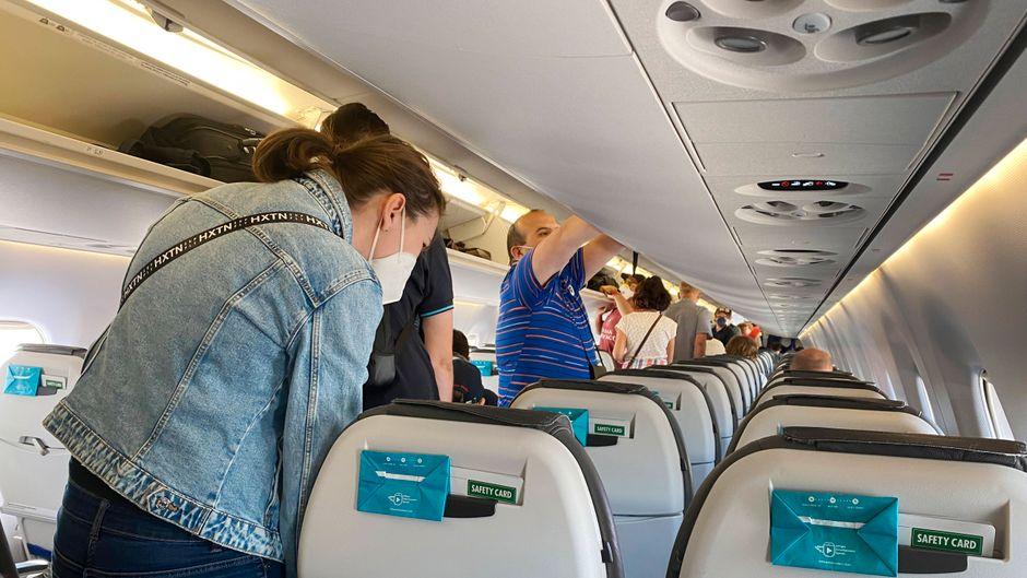 Welche Dinge dürfen Passagierinnen und Passagiere nicht aus dem Flugzeug mitnehmen? Airlines klären auf.