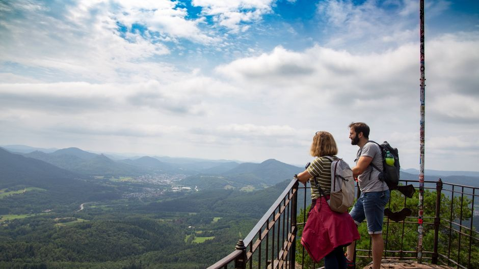 Wanderer auf dem Gipfelplateau Orensfels im Pfälzerwald in Rheinland-Pfalz.