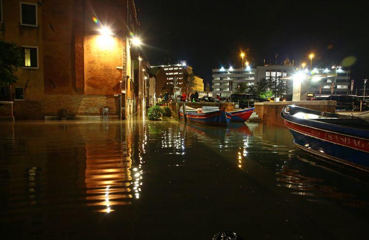 Gondeln zerschellten an den Kanalwänden.