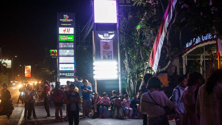 Menschen stehen nach dem Erdbeben im Indonesien auf der Straße.