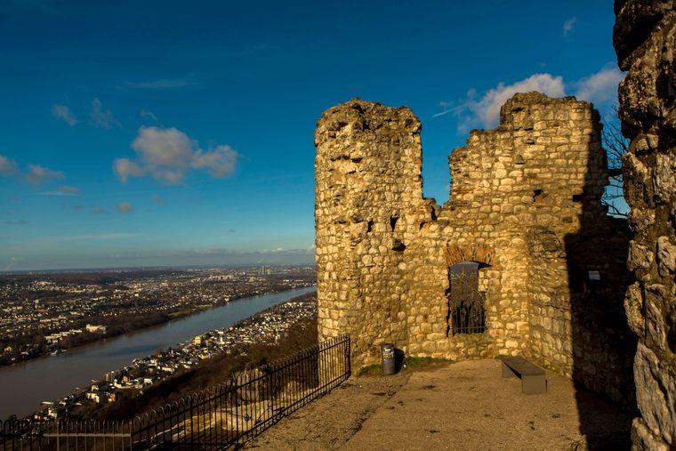 Die Burgruine Drachenfels im Siebengebirge ist der Rest der Höhenburg auf dem Berg Drachenfels.