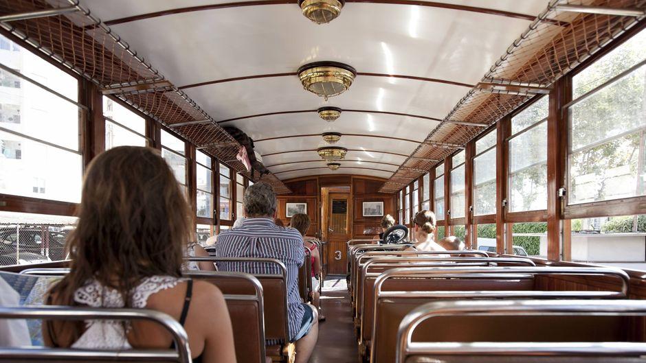 Eine Fahrt mit dem Ferrocarril, einer historischen Straßenbahn, ist eine tolle Abwechslung zum Strandprogramm.