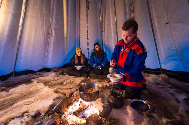 In ihrem traditionellen Zelt, dem Lavvu, servieren samische Hirten dir bei einer Culture Experience gern eine Portion Rentiereintopf.