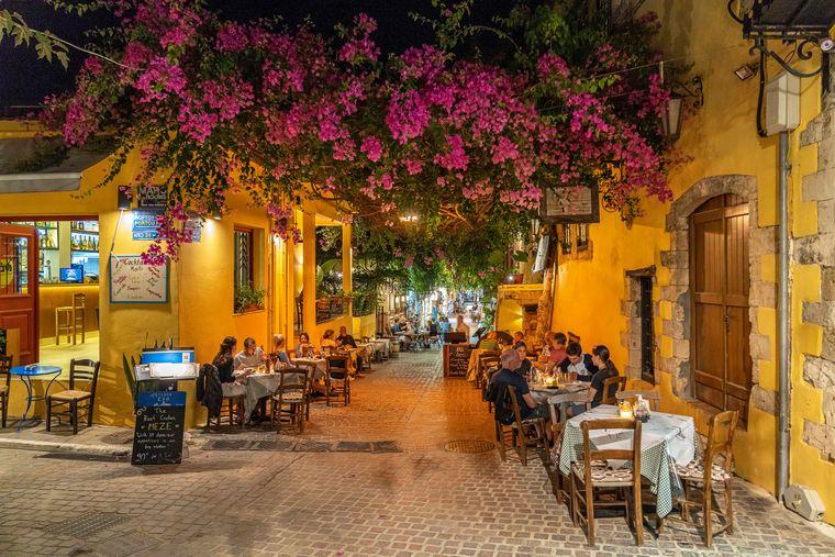 Altstadtgasse von Chania am Abend.