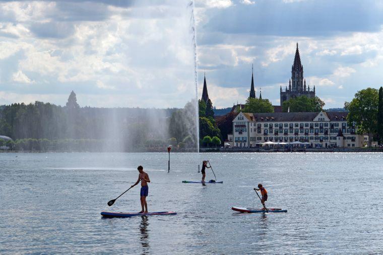 Stand-up-Paddler auf dem Bodensee bei der Wasserfontäne vor Konstanz.