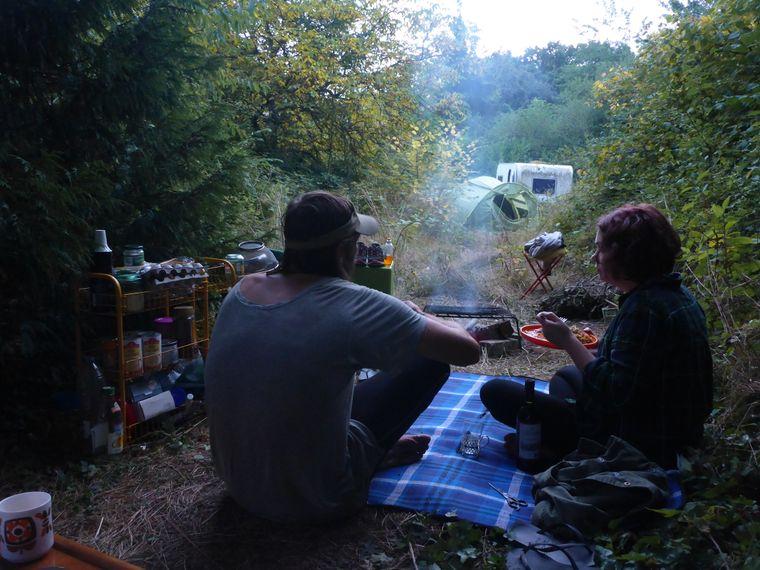 Tyral und Freundin sitzen in der Natur und campen.