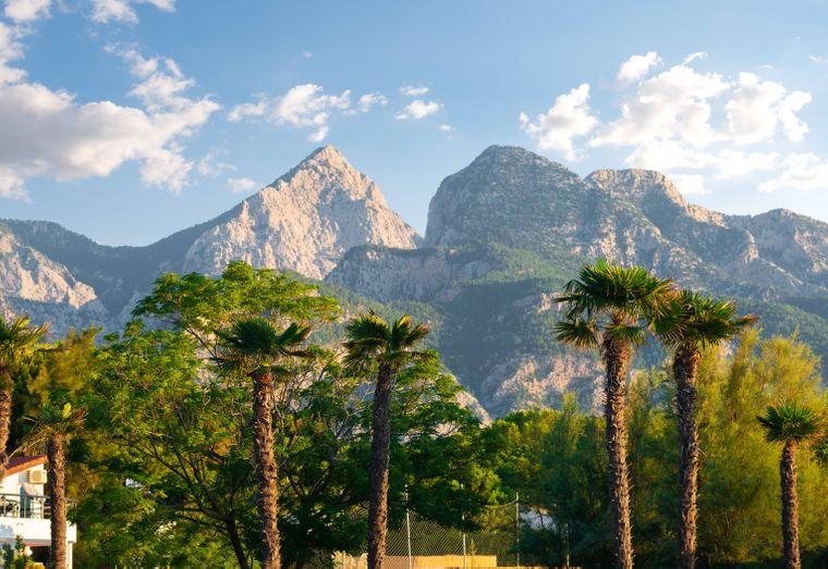 Das Taurisgebirge siehst du von vielen Stränden an der türkischen Riviera.