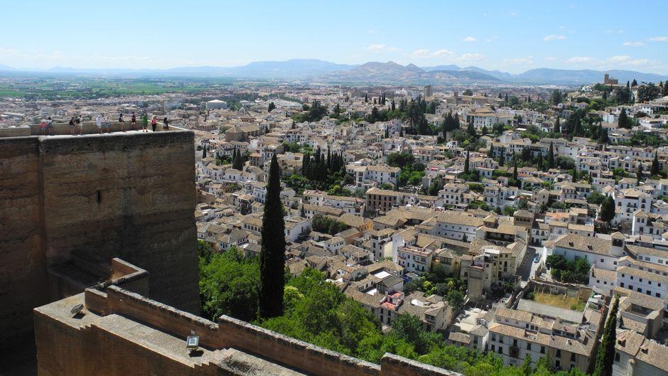 Der Blick von der Alcazaba der Alhambra auf Granada.