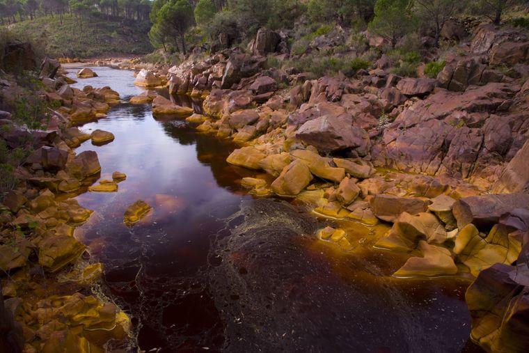 Der wunderschöne Río Tinto River mit seinen bunten Felsen.