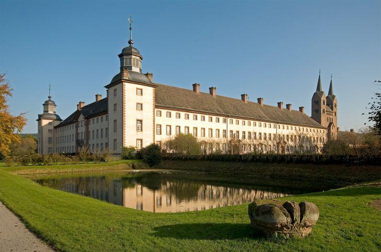 Das beeindruckende Schloss Corvey in voller Pracht.