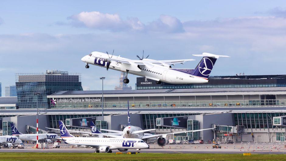 Polnisches Flugzeug hebt in Warschau ab. Wenn es nach dem LOT-Chef geht, werden Inlandsflüge bald überflüssig sein.
