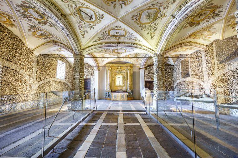 Die Knochen-Kapelle in Lissabon gehört zu den gruseligsten Sehenswürdigkeiten in Portugal.