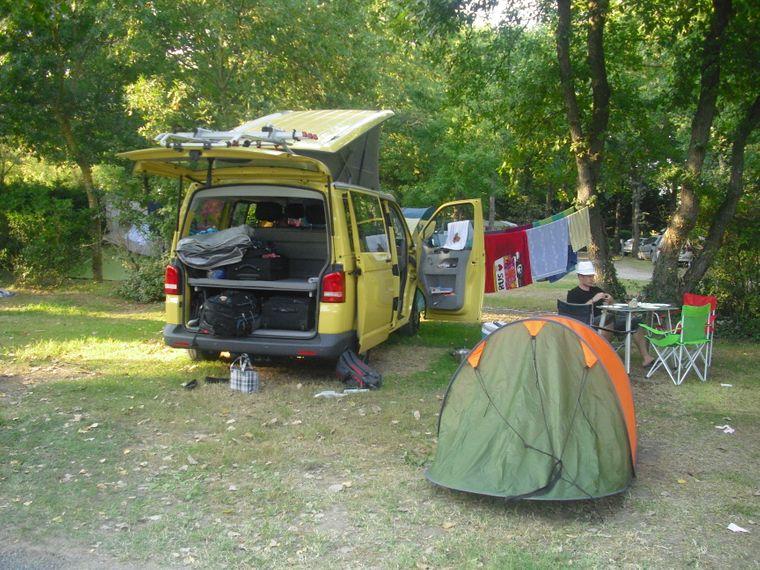 Selbstgebaute Wäscheleine, Chaos im Auto, Wein auf dem Tisch: Camping-Feeling.